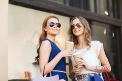 Mujeres jovenes con los panieres y el café en la tienda Fotografía de archivo