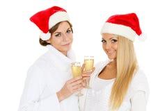 Mujeres jovenes con los vidrios de champán. La Navidad. Fotografía de archivo