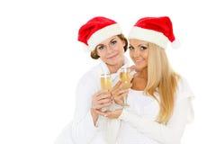 Mujeres jovenes con los vidrios de champán. La Navidad. Foto de archivo libre de regalías