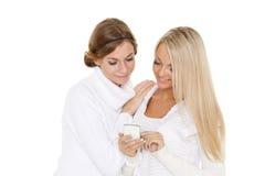 Mujeres jovenes con un teléfono móvil Imagen de archivo libre de regalías