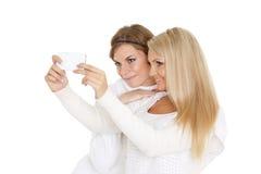 Mujeres jovenes con un teléfono móvil Fotos de archivo