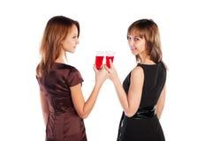 Mujeres jovenes con un vino rojo Imagen de archivo libre de regalías
