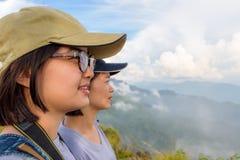 Mujeres jovenes de la cara dos que miran la naturaleza imágenes de archivo libres de regalías