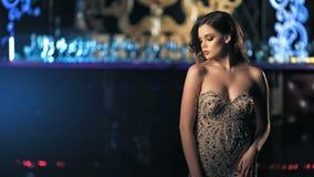 Mujeres jovenes de la moda que presentan en vestido hermoso almacen de video