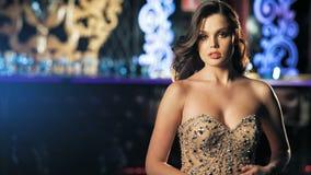 Mujeres jovenes de la moda que presentan en vestido hermoso almacen de metraje de vídeo