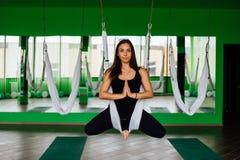 Mujeres jovenes del retrato que hacen ejercicios antigravedad de la yoga Aero- entrenamiento aéreo del instructor de la aptitud d Fotos de archivo