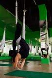 Mujeres jovenes del retrato que hacen ejercicios antigravedad de la yoga Aero- entrenamiento aéreo del instructor de la aptitud d Fotografía de archivo libre de regalías