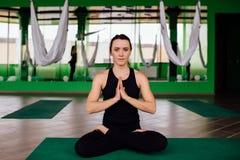 Mujeres jovenes del retrato que hacen ejercicios antigravedad de la yoga Aero- entrenamiento aéreo del instructor de la aptitud d Fotos de archivo libres de regalías