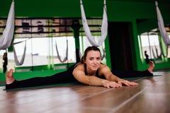 Mujeres jovenes del retrato que hacen ejercicios antigravedad de la yoga Aero- entrenamiento aéreo del instructor de la aptitud d Imagen de archivo