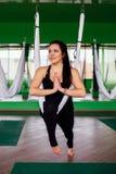 Mujeres jovenes del retrato que hacen ejercicios antigravedad de la yoga Aero- entrenamiento aéreo del instructor de la aptitud d Imágenes de archivo libres de regalías