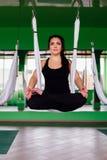 Mujeres jovenes del retrato que hacen yoga antigravedad en la posición de loto Aero- aptitud aérea de la mosca hamacas blancas Foto de archivo