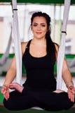 Mujeres jovenes del retrato que hacen yoga antigravedad en la posición de loto Aero- aptitud aérea de la mosca hamacas blancas Imagen de archivo