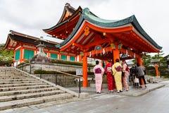 Mujeres jovenes en alineada del kimono Imagen de archivo libre de regalías