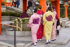 Mujeres jovenes en alineada del kimono Imagen de archivo