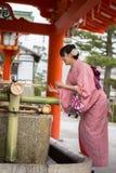 Mujeres jovenes en alineada del kimono Fotos de archivo libres de regalías
