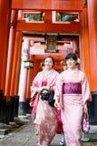 Mujeres jovenes en alineada del kimono Imagenes de archivo