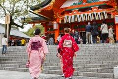 Mujeres jovenes en alineada del kimono Fotografía de archivo libre de regalías