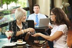 Mujeres jovenes en café Foto de archivo libre de regalías