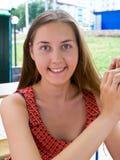 Mujeres jovenes en café Imagen de archivo libre de regalías
