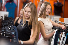 Mujeres jovenes en centro comercial Imagenes de archivo