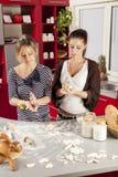 Mujeres jovenes en cocina Foto de archivo libre de regalías