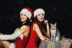 Mujeres jovenes en equipos de la Navidad Fotografía de archivo libre de regalías