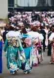 Mujeres jovenes en kimono en venir del día de la edad Imagenes de archivo