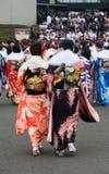 Mujeres jovenes en kimono en venir del día de la edad Fotos de archivo libres de regalías