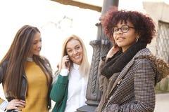 Mujeres jovenes en la calle Imágenes de archivo libres de regalías