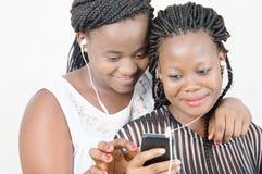 Mujeres jovenes en la comunicación fotografía de archivo libre de regalías