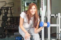 Mujeres jovenes en la gimnasia Imágenes de archivo libres de regalías