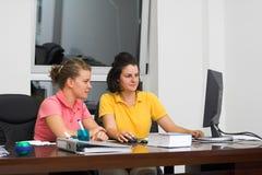 Mujeres jovenes en la oficina - trabajo en equipo fotos de archivo libres de regalías