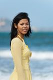 Mujeres jovenes en la playa Imagenes de archivo