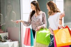 Mujeres jovenes en las compras Imágenes de archivo libres de regalías