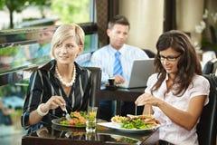 Mujeres jovenes en restaurante Fotografía de archivo