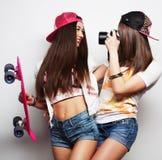 Mujeres jovenes en ropa del verano Fotografía de archivo libre de regalías