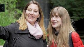 Mujeres jovenes en su viaje a la cascada de Glencar en Irlanda almacen de video