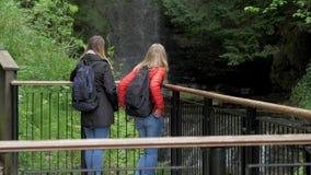Mujeres jovenes en su viaje a la cascada de Glencar en Irlanda metrajes