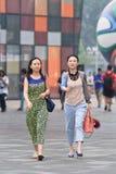 Mujeres jovenes en un área comercial, Pekín, China Imagen de archivo