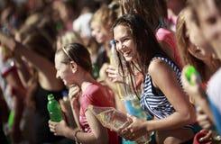 Mujeres jovenes felices con la botella plástica Imágenes de archivo libres de regalías