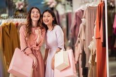 Mujeres jovenes felices con los bolsos de compras Fotos de archivo