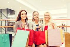 Mujeres jovenes felices con los panieres en alameda Fotos de archivo libres de regalías