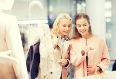 Mujeres jovenes felices con los panieres en alameda Fotografía de archivo libre de regalías