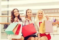 Mujeres jovenes felices con los panieres en alameda Imagenes de archivo
