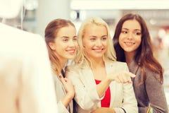 Mujeres jovenes felices con los panieres en alameda Fotografía de archivo