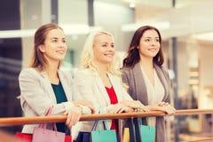 Mujeres jovenes felices con los panieres en alameda Imagen de archivo