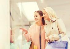 Mujeres jovenes felices con los panieres en alameda Foto de archivo