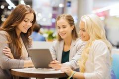 Mujeres jovenes felices con PC y los panieres de la tableta Fotografía de archivo libre de regalías