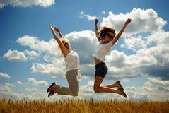 Mujeres jovenes felices en campo en verano Foto de archivo libre de regalías