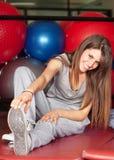 Mujeres jovenes felices en estirar de la gimnasia Imagenes de archivo